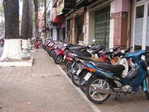 Sử dụng đường phố và thực hiện hoạt động khác trên đường phố theo quy định của pháp luật