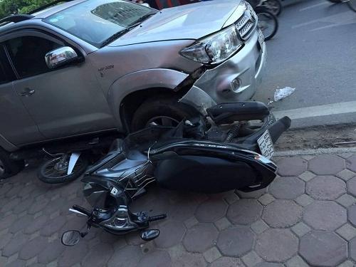 ô tô bị xe máy đâm gây tai nạn