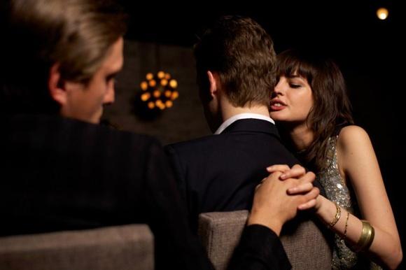 hành vi xâm phạm chế độ hôn nhân một vợ một chồng