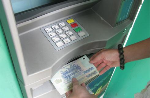 Nhận tiền bảo hiểm thất nghiệp qua tài khoản ATM được không?