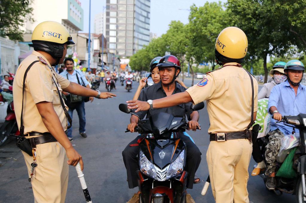 Các trường hợp cảnh sát giao thông được dừng xe người đi đường