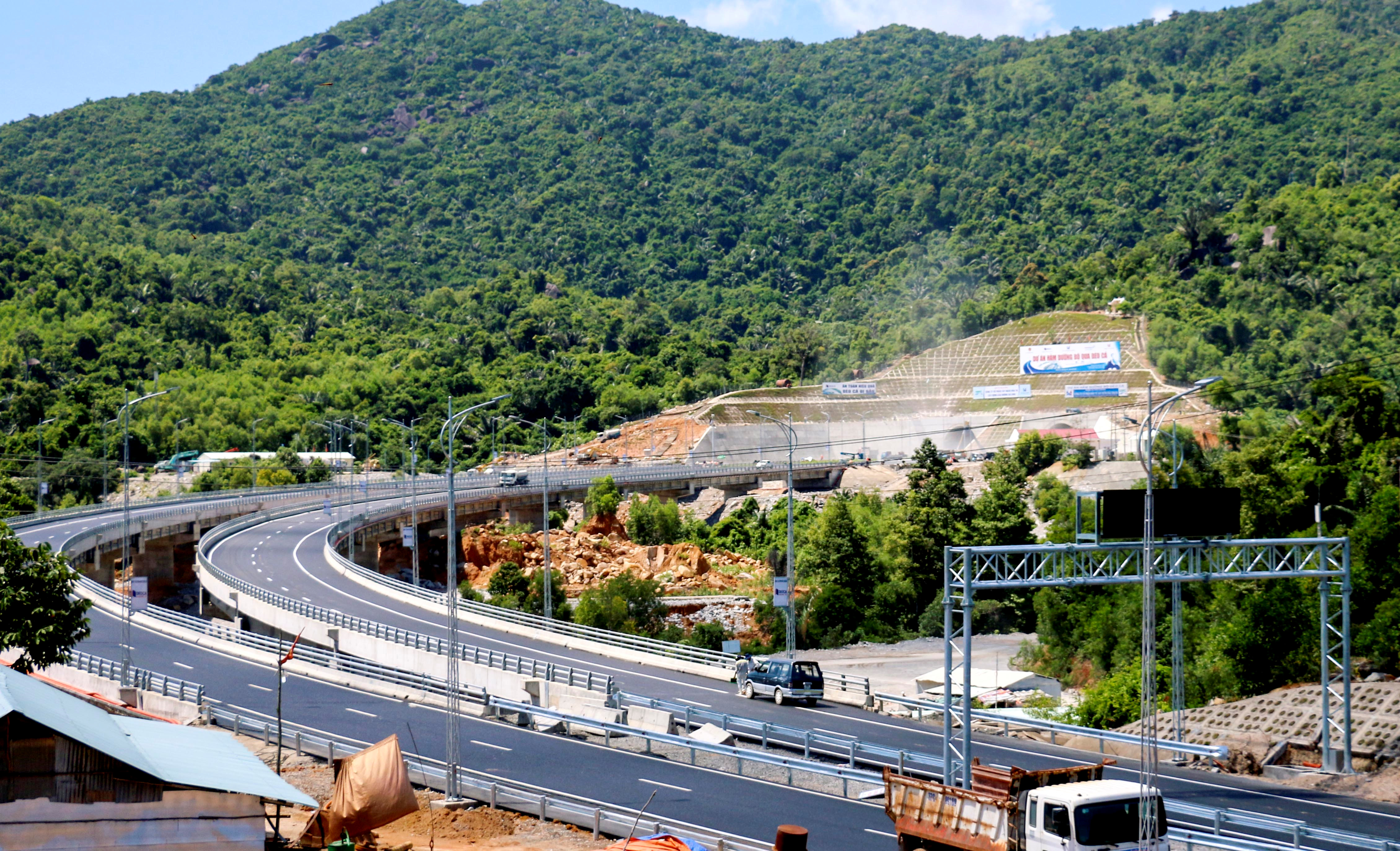 Khoảng cách các công trình đến công trình đường bộ được quy định như thế nào?