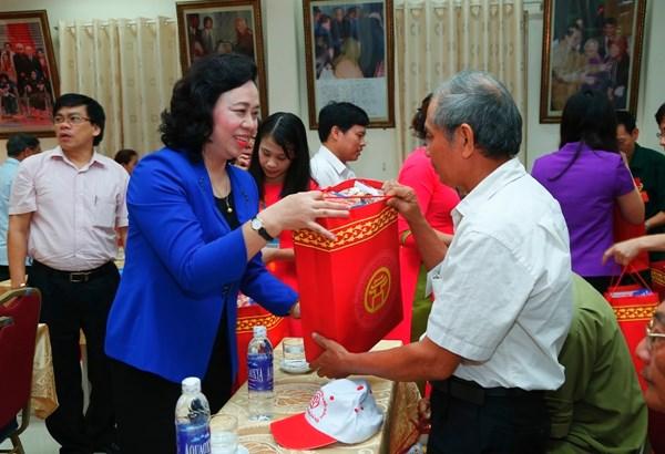 Tặng quà cho người có công với cách mạng nhân dịp tết 2018