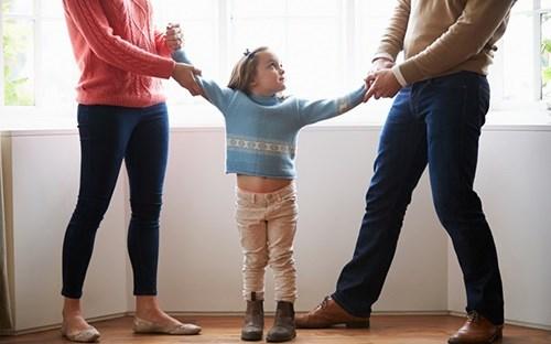 Người mẹ có quyền yêu cầu hạn chế quyền thăm con sau khi ly hôn?