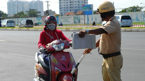 Vượt đèn đỏ, không mang giấy tờ đăng ký xe và không có bằng lái xe bị phạt bao nhiêu tiền?